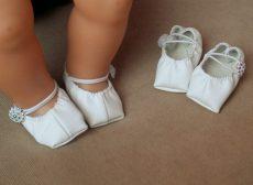 Gombos műbőr cipő játékbabára (fehér, pink, piros)