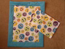 Vidám színes ágynemű játékbabáknak, két méretben